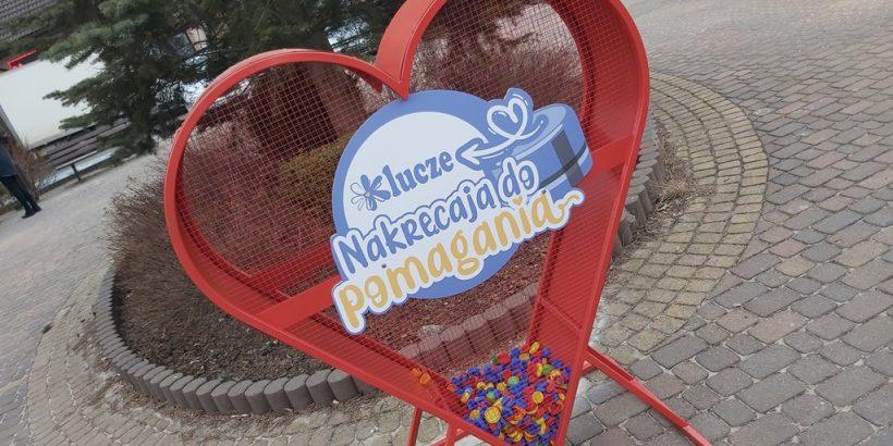Czerwone metalowe serce z nakrętkami na rynku w Kluczach