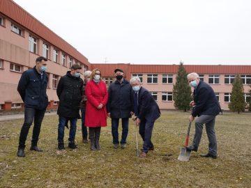 Symboliczne wbicie łopaty pod budowę hali sportowej na terenie szkoły podstawowej w Kluczach.