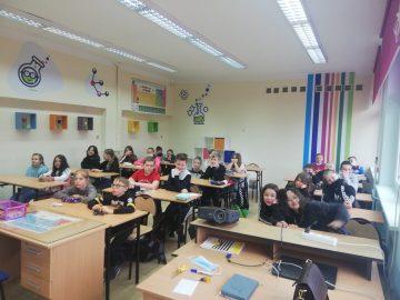 uczniowie klasy 4 w nowej pracowni Koloratorium