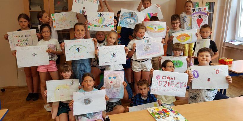 """Uczniowie klasy 2 z plakatami """"Oczami dziecka"""""""