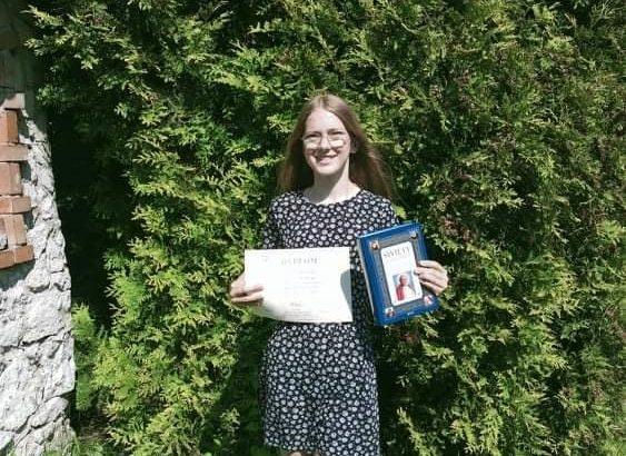 Alicja Pilarczyk z dyplomem i nagrodą