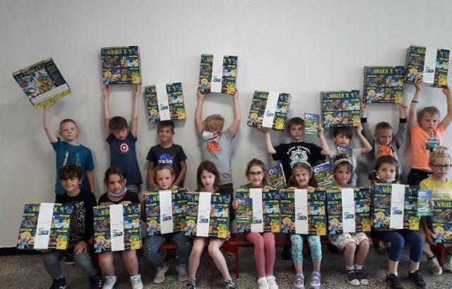 """Uczniowie klasy 1a z nagrodami """"Piątka dla natury"""""""
