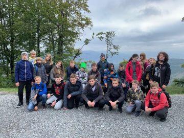 grupowe zdjęcie uczniów klasy 7b na szczycie góry