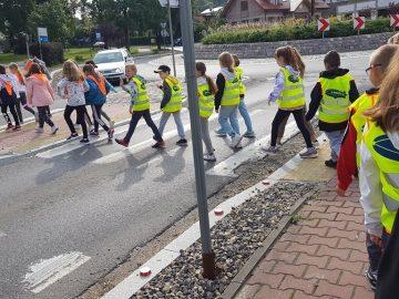 Uczniowie klas 1- 3 przechodzący przez ulicę