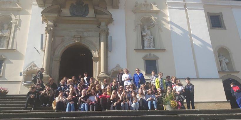 uczniowie klas ósmych przed klasztorem w Częstochowie