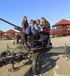Uczniowie klasy 8d na pustyni błędowskiej stojący przy armacie