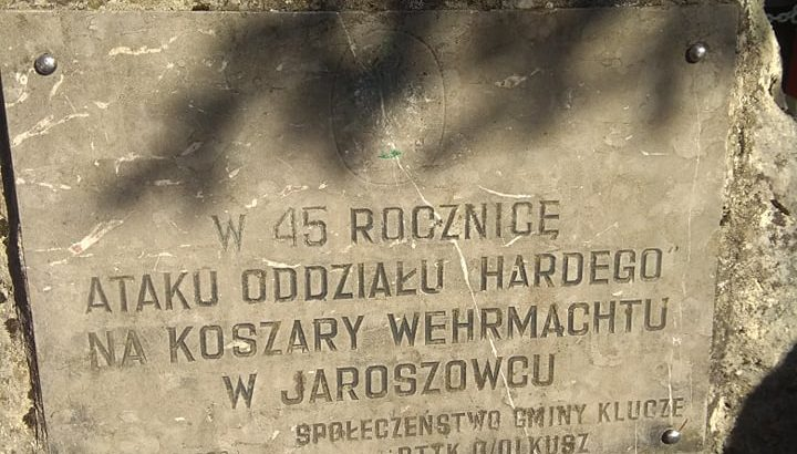 Tablica pamiątkowa: W 45 rocznicę ataku oddziału Hardego na koszary Wehrmacht w Jaroszowcu